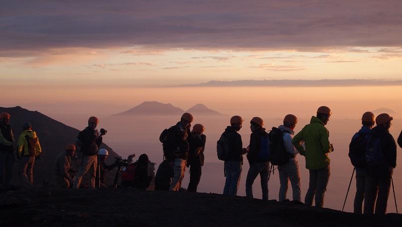 escursionisti sulla cima del vulcano