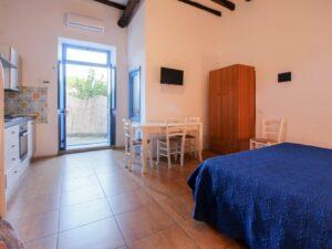 vista camera hotel con letto e cucina