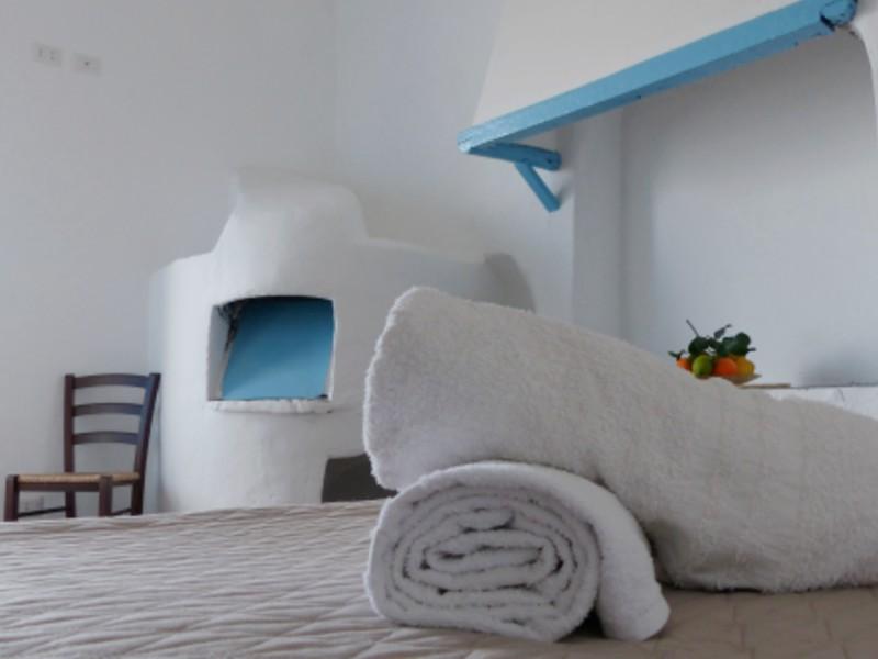 asciugamano sul letto camera hotel