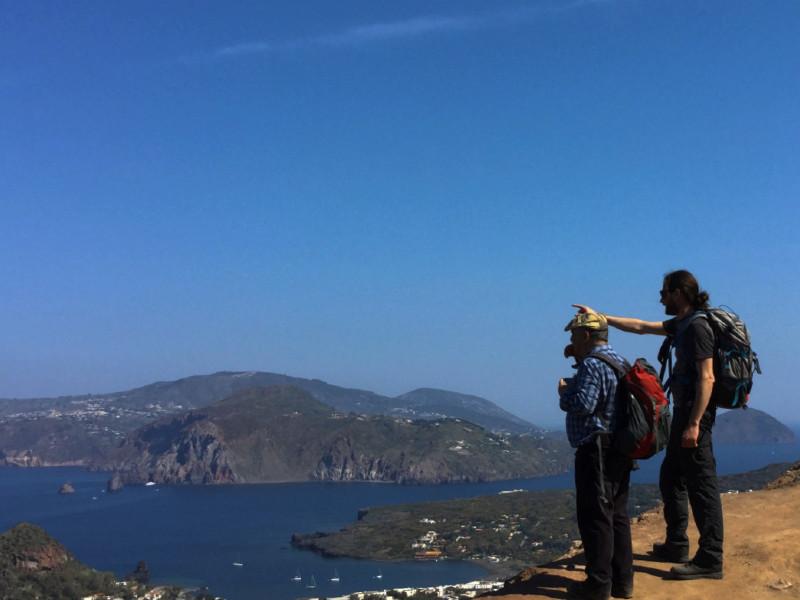 Reiseleiter, der einem Touristen während eines Trekkingausflugs erklärt