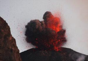 cratere di stromboli che esplode