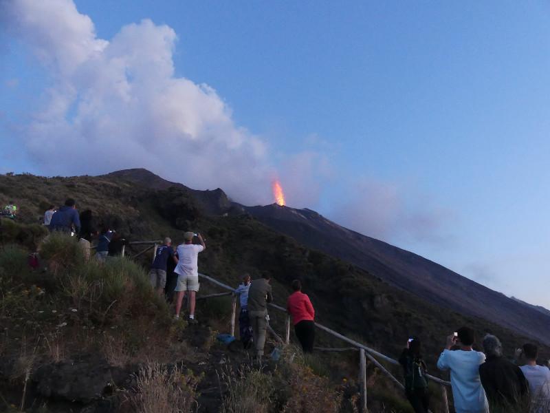 escursionisti che guardano le esplosioni del vulcano
