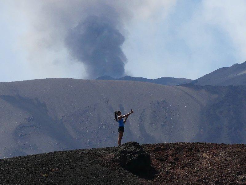 donna che si fa un selfie sul vulcano