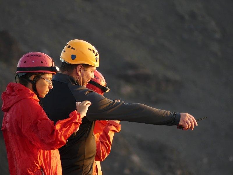 Guida vulcanologica che spiega ai turisti