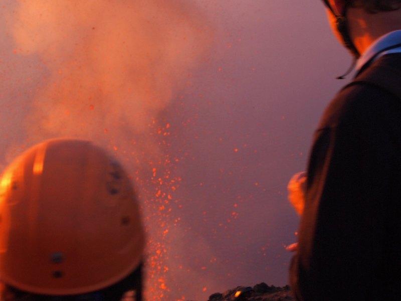 turisti che guardano un esplosione di magma