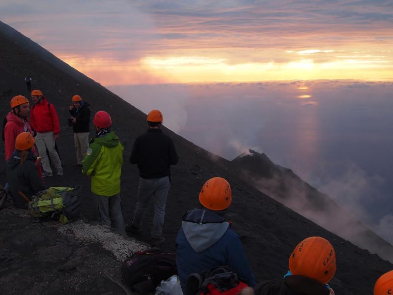 Escursionisti che guardano il vulcano