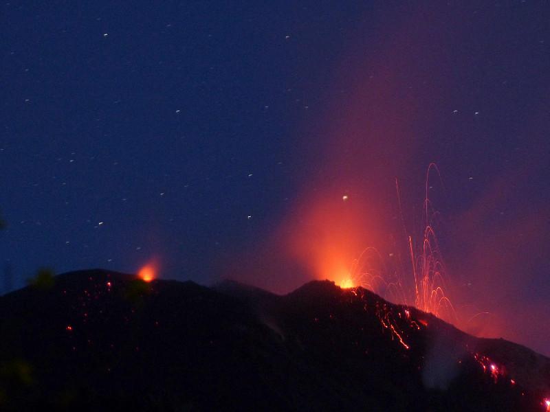 Crateri del vulcano che esplodono