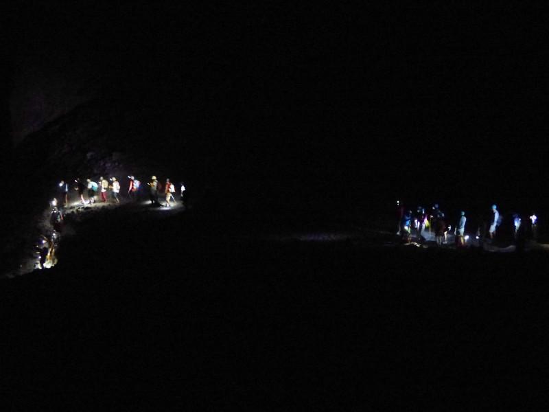 Escursionionisti che camminano in montagna di notte