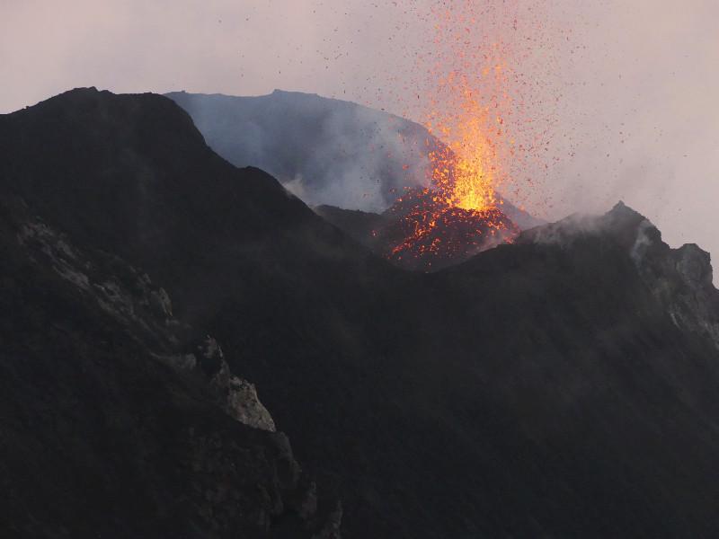 Cratères qui éclatent de magma