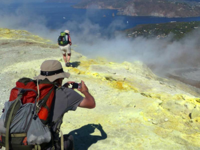 Wanderer, die die Vulkanfumarolen fotografieren