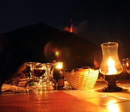 tavolo ristorante con vista vulcano