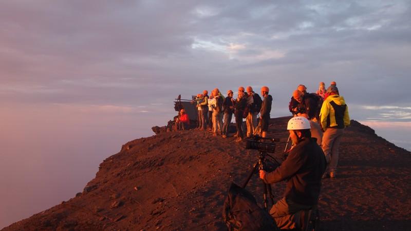 escursionisti sulla cima del vulcano Stromboli