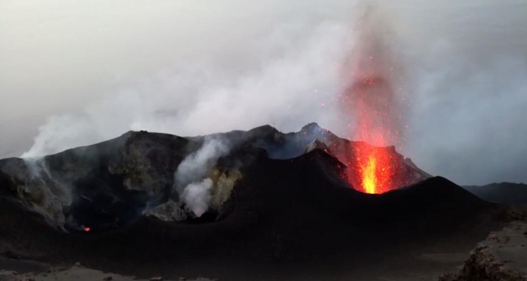 vista sui crateri di stromboli che esplodono