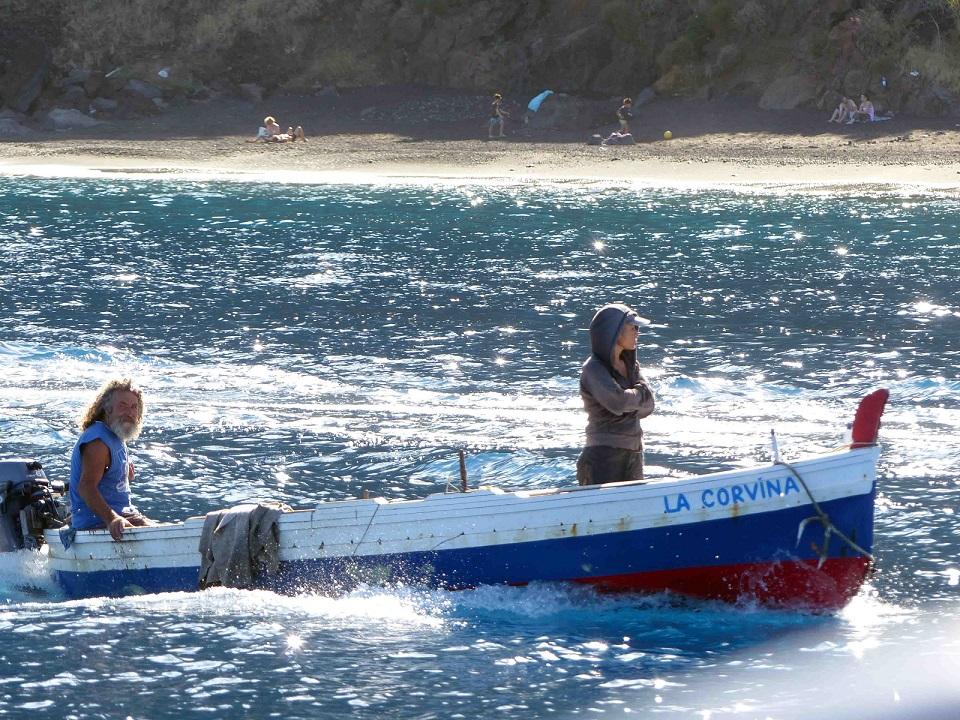 uomini su una barca che naviga